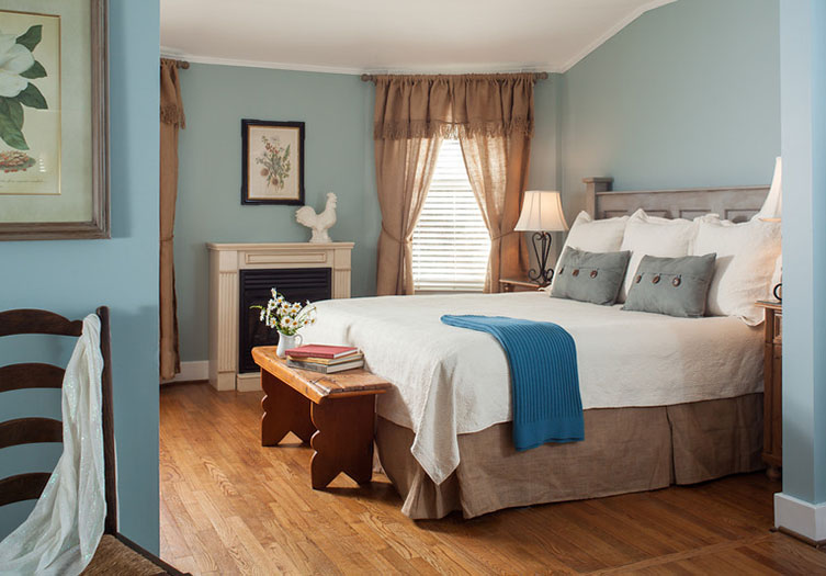 Chanticleer_Inn_Room_12_