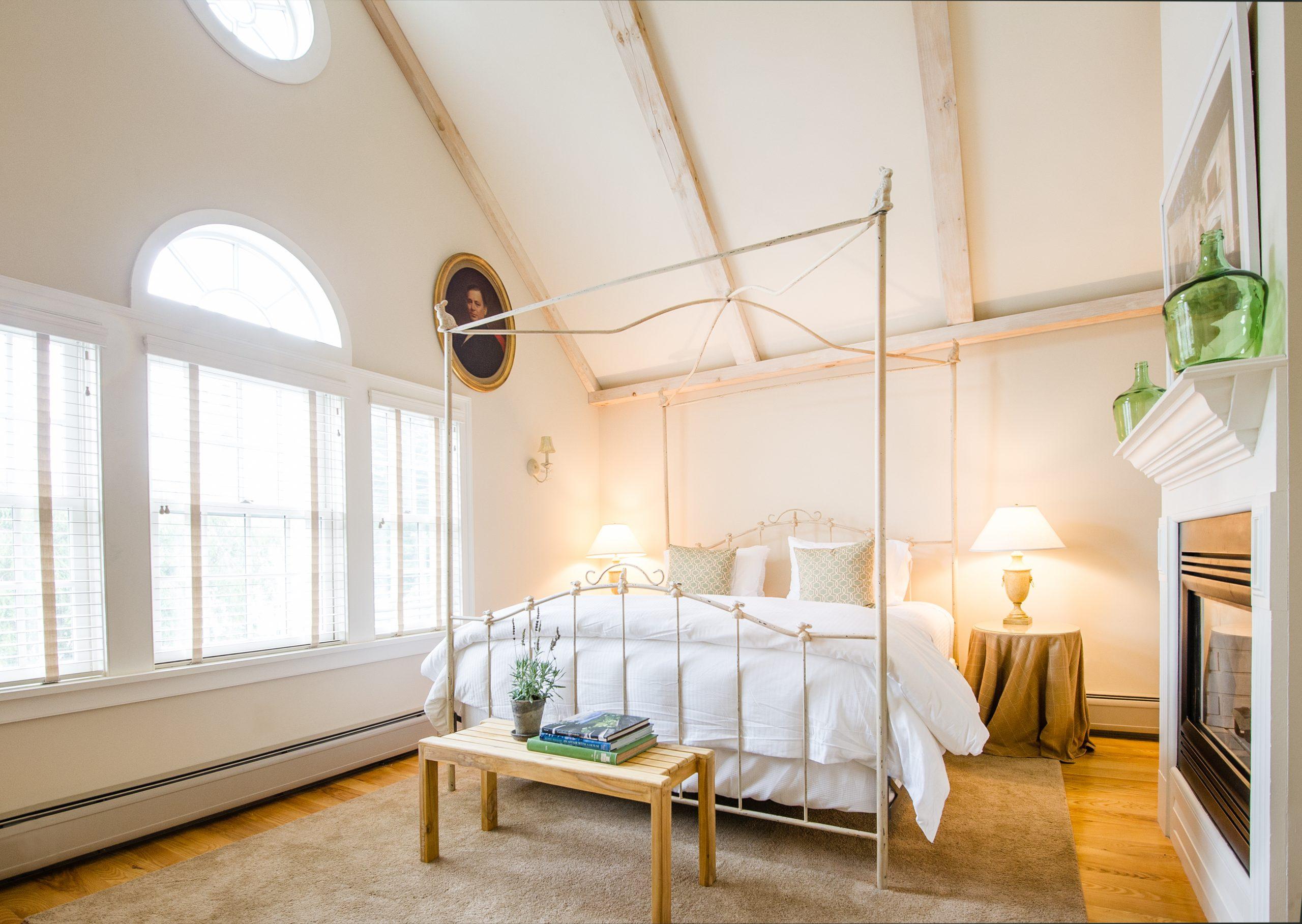 Four Columns bedroom beautiful bedframe