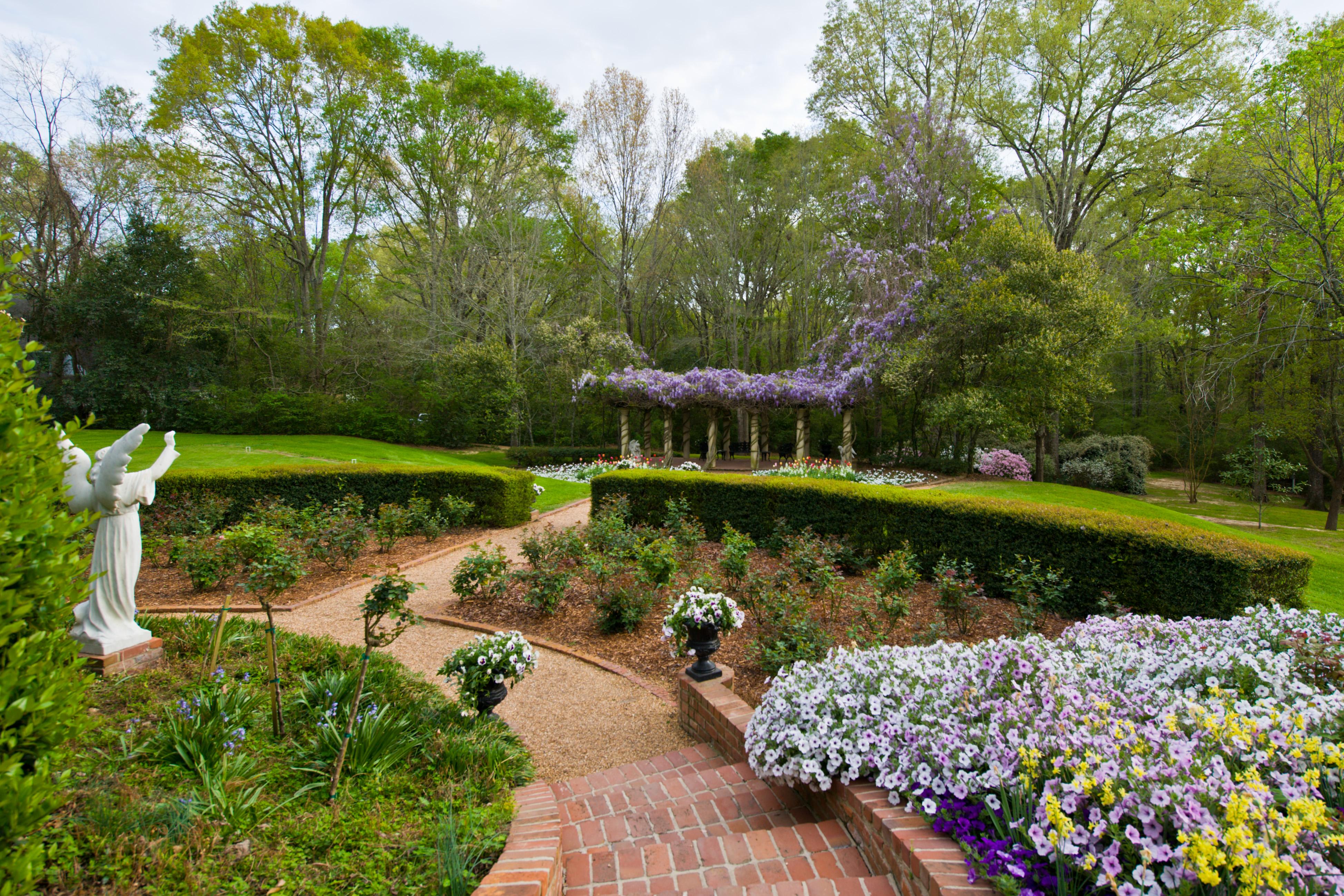 Monmouth-historic-inn-gardens