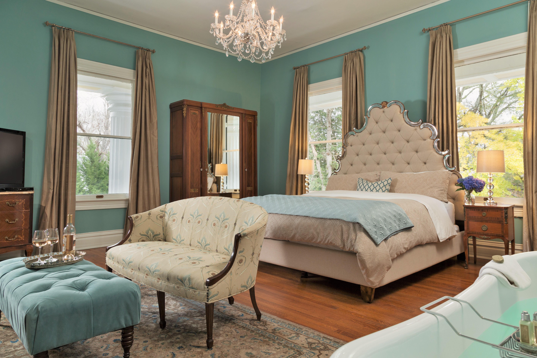 Twelve Oaks Guest Room