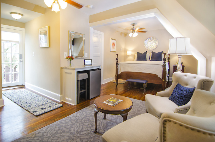 hillbrook-inn-guestroom