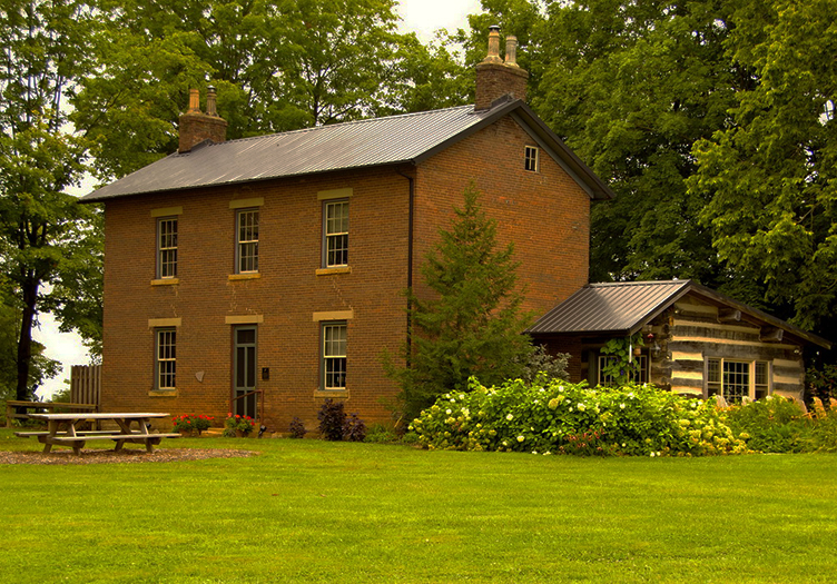 Murphin Ridge Inn Bed and Breakfast property view. Lush green grass.
