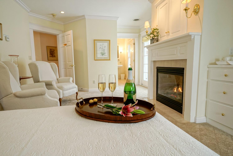 Hillside Waterfront Hotel - Marigold Suite